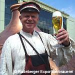 Bierkutscher Ernst vor historischen Sudhauben, mit Exklusivpokal
